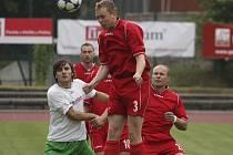 Čížovští rozhodli derby s krumlovským Slavojem třemi gólovými údery už do přestávky, když využili zejména svoji převahu ve vzdušných soubojích (na archivním snímku ze vzájemného zápasu v krumlovském podzámčí odvrací čížovský Bednařík před Klivandou).