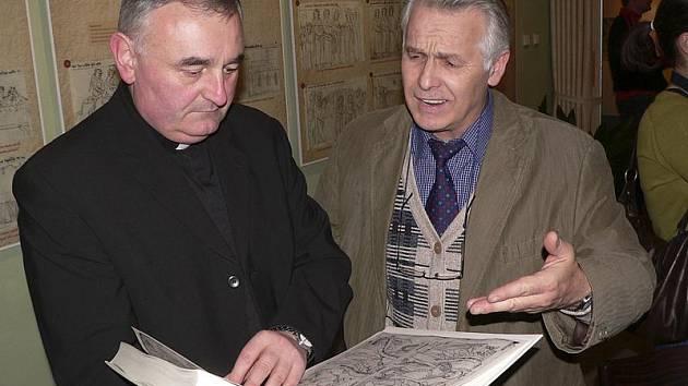 Maketu knihy Liber depictus ukazuje kastelán krumlovského zámku Pavel Slavko (vpravo) místnímu vikáři Václavu Píchovi.