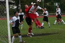 Ještě v minulé sezoně hájil gólman František Plachý barvy Slavoje (na snímku z utkání s Chýnovem), ale nyní už pomohl k výhře právě svému novému týmu.