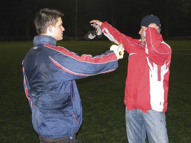 Křemežský trenér Jiří Reitinger (vpravo) měl svým hráčům (na snímku s brankářem Radkem Linhou) v půli co říci.