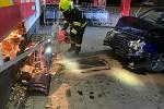 Posádka osobního auta před půlnocí narazila do prodejny Penny marketu ve Velešíně.