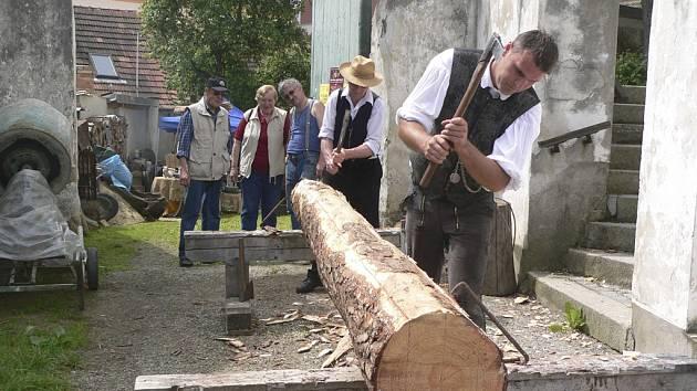 Tesaři Martin Šnajdr a Jan Průka z Komářic a Ostrolovského ÚJezda ukazovali výrobu trámu tradičním postupem.