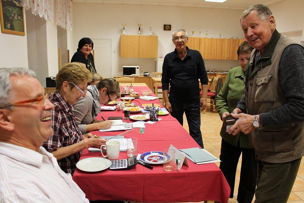V Mirkovicích na Českokrumlovsku se v pátek k volbám dostavili kromě místních občanů také členové výboru České golfové federace. .