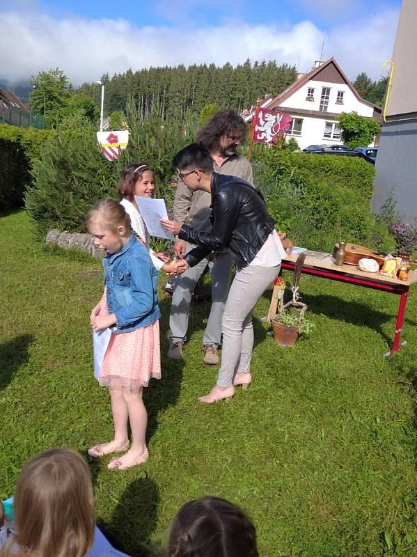 Prvňáčci v Loučovicích dostali vysvědčení od svého třídního učitele Jaroslava Jonáše už v pátek.