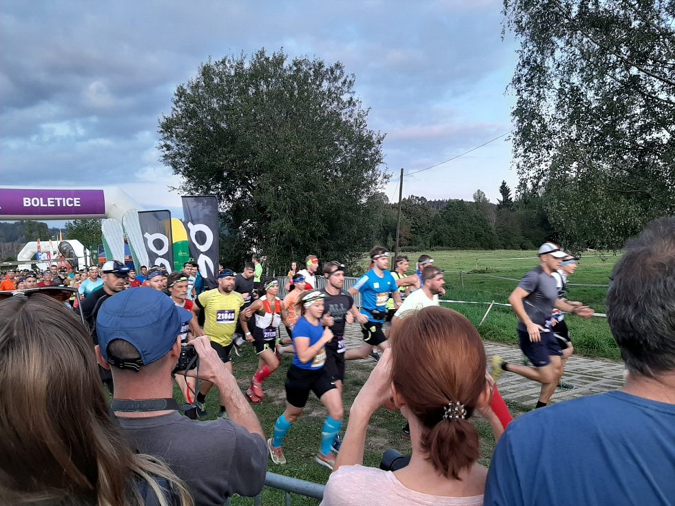Závod na hranici vojenského újezdu Boletice si v sobotu užily stovky běžců a běžkyň.