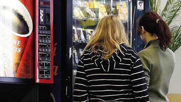 Ze škol musí zmizet automaty se slazenými nápoji i nezdravými pamlsky. Vyhláška nařizuje prodávat ve školách pouze zdravé potraviny a nápoje.