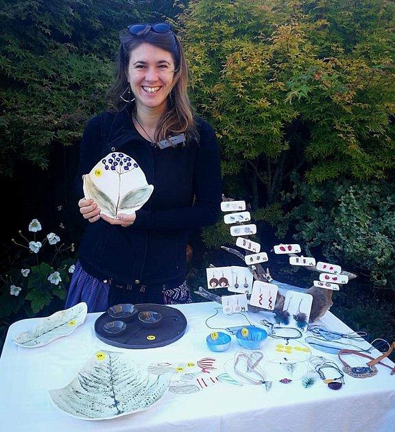 6. Alena při prodeji svých keramických výrobků na podporu keramického kroužku vBalcluthe.