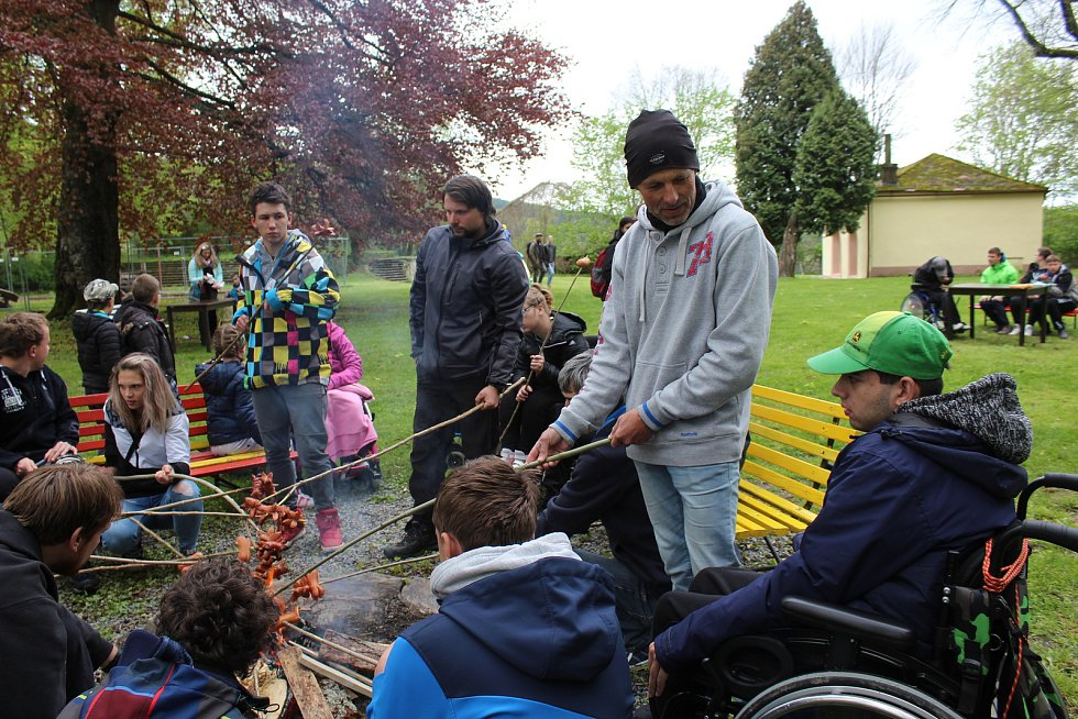 Děti z Arpidy a jejich asistenti si pekli buřty v rožmberském zámeckém parku.
