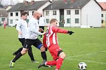 Fotbalisté Dolního Dvořiště (v bíločerném) zakončili podzim v I. B třídě vysokou domácí porážkou 1:7 od vedoucích Netolic.