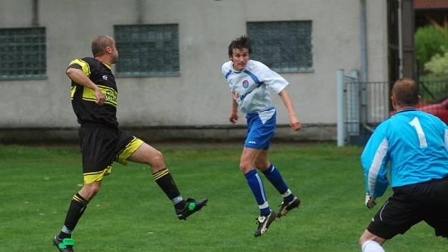 """Pověstného """"bůra"""" symbolicky završil kaplický zadák Karel Krůček (uprostřed v bílém), který v 79. minutě gólem oslavil svůj jubilejní dvoustý start v dresu áčka Spartaku."""