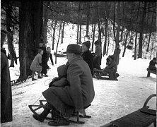 Sáňkující rodiny v Českém Krumlově po roce 1935. Víte, kde to je?