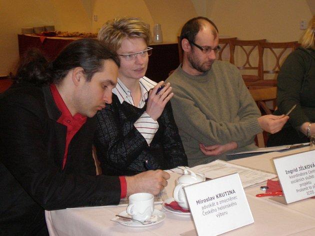 Ingrid Jílková (uprostřed)  se svými kolegy, právníkem Miroslavem Krutinou (vlevo) a Tomášem Zuntem (vpravo) na tiskové konferenci.