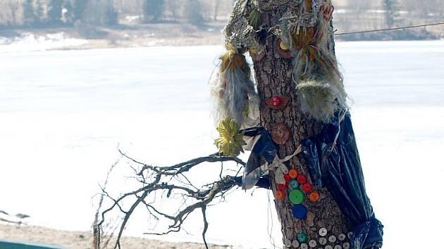 Tuto nápaditou postavičku kdosi vytvořil vedle Jezerní cyklostezky nedaleko Lipna nad Vltavou.