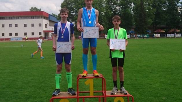 Kaplický Jakub Janda na nejvyšším stupínku při vyhlášení nejlepších borců v běhu na 800 metrů.