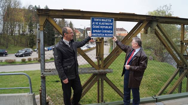Město most odkoupilo od Správy státních hmotných rezerv v roce 2017, na snímku starosta Dalibor Carda a předseda Správy Pavel Švagr.