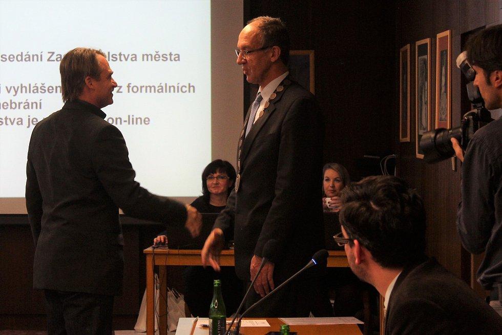 Jiří Klosse skládá slib zastupitele.
