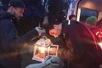 Plamínek z Betléma rozvezli po části Lipenska frymburští dobrovolní hasiči.
