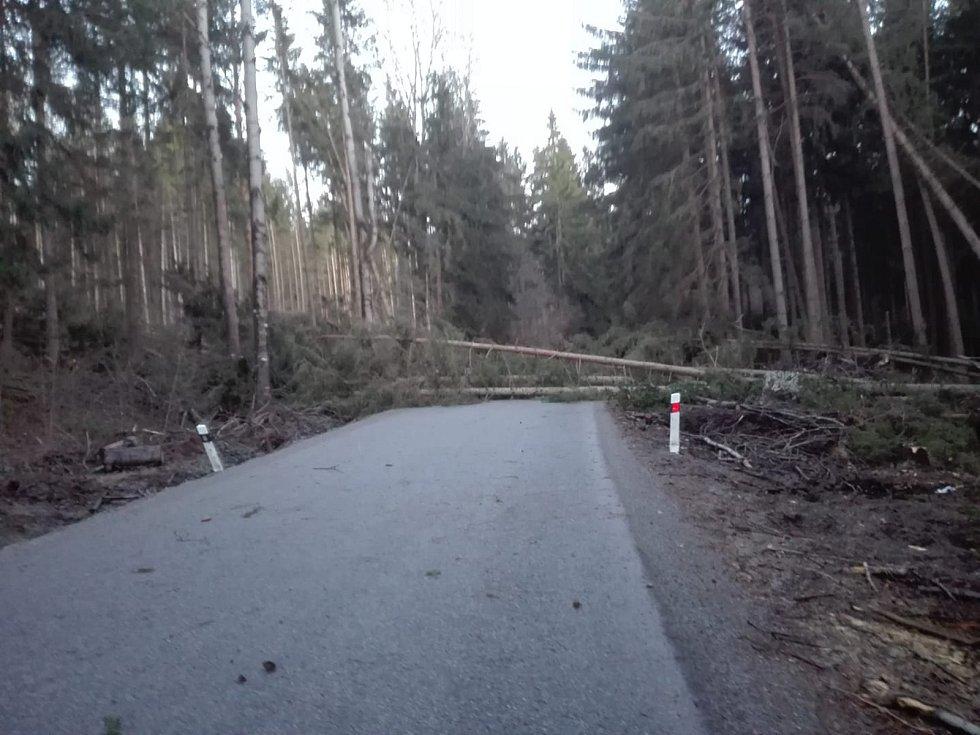 U Střemil na Chvalšinsku zablokovalo silnici několik stromů.