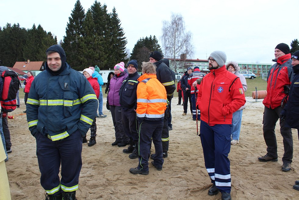 Vodní záchranáři měli v Černé v Pošumaví praktickou část víkendového semináře, v jehož rámci skládali zkoušku z vodní záchrany i studenti oboru zdravotnický záchranář z Jihočeské univerzity.