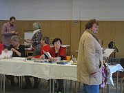 V Loučovicích sídlí komise dvou okrsků v jedné místnosti, to znamená v sále tamního kulturního domu. V pátek odpoledne lidé přicházejí volit v celkem hojném počtu.