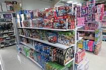 Padělky hraček a neoznačené tabákové výrobky odhalili celníci při kontrole na Vyšebrodsku.