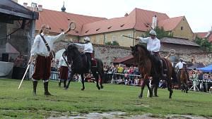 Čtverylky, při nichž se předvedli i koně, nadchly diváky slavností růže
