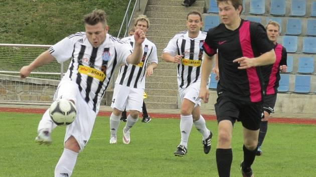 Defenzíva kaplického Spartaku (v této chvíli Filip Hejna odkopává před domácím Danielem Točíkem) v Dačicích odolávala jen do 47. minuty a pak třikrát kapitulovala.