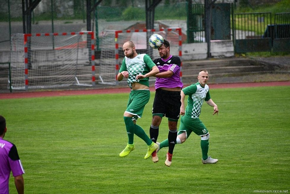 Fotbalisté Českého Krumlova (v zeleném) nečekaně doma podlehli Jankovu 0:2.