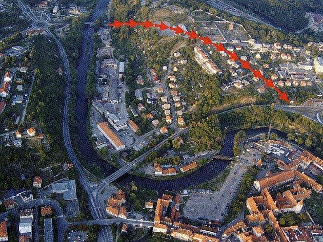 Červené šipky znázorňují budoucí trasu nového tunelu. Vlevo kruhový objezd U Trojice, vpravo křižovatka pod nemocnicí.