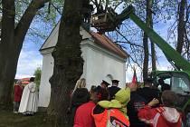Slavnostní okamžik svěcení a zavěšování zvonku do kaple si nenechala ujít spousta lidí.
