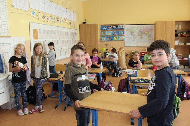 Už popáté od doby, kdy nastoupili do první třídy, vyklízejí třeťáci ze 3.B českokrumlovské ZŠ Masaryka svou třídu, která se promění ve volební místnost 7.okrsku.