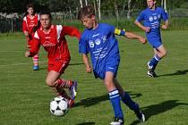 Starším žákům Společenství Holubov / Křemže stačil k obhajobě titulu bod, ale neponechali nic náhodě a do sítě FC Vltava nasázeli půltucet (vlevo opora vítězů a sportovní univerzálka Zuzana Matoušková stíhající loučovického kapitána Dostála).