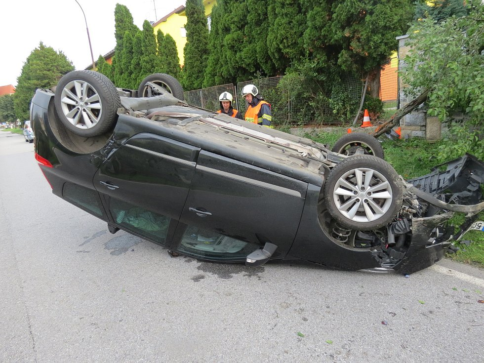 Muži v převráceném autě první pomoc poskytl policista Bohumil Havlíček společně s dalším mužem.