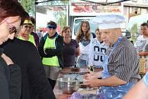Malý farmářský trh a dechová hudba doprovázely kuchařské čarování Petra Stupky.
