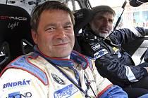 Zkušený spolujezdec František Poláček (v popředí) absolvuje již svou šestnáctou Rallye Český Krumlov v řadě, pošesté pak bude navigovat Vlastimila Hodaně.