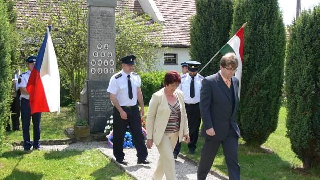 Věnec k pomníku padlým v Rájově položil ve čtvrtek také starosta Zlaté Koruny Milan Štindl.