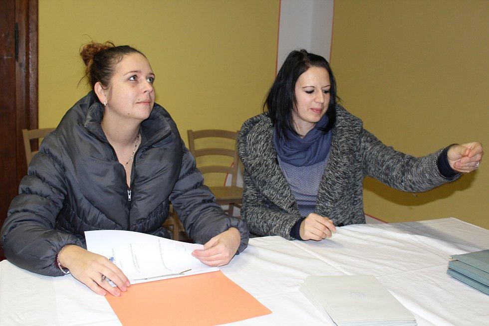 V léčebně Červený Dvůr klienti vhazovali lístky do přenosné volební urny.