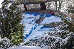 Členové sdružení Proradost v pátek museli točnu očistit od sněhu.