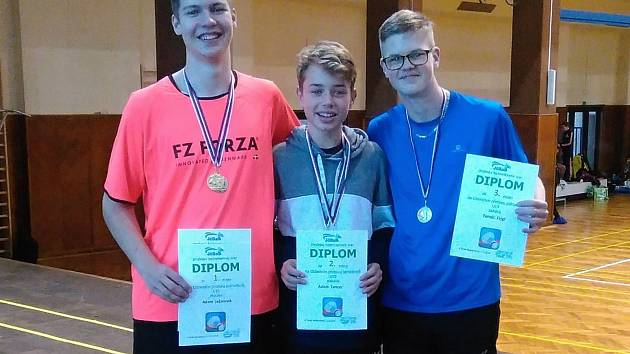 Oblastní přebor U19 – dvouhra junioři: zleva zlatý Adam Ječmínek, stříbrný Adam Tancer (oba Č. Krumlov) a bronzový Tomáš Fejgl (Tábor).