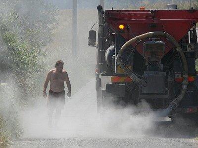 Opravu tekoucího asfaltu u Pořešína včera zahájila dodavatelská firma.
