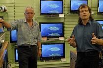 Miroslav Musil (vpravo) odpovídá na dotazy zákazníků mnohokrát denně. Při přechodu na digitální vysílání stačí zachovat klid a propočítat peníze, které  chcete investovat.