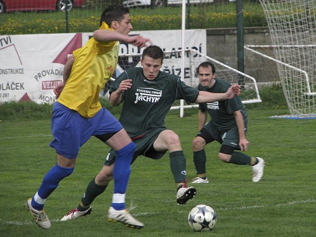 Důležitý moment přišel po hodině hry, kdy křemežský Radek Hajný obehrál ve vápně Patrika Šejnohu (zleva), ten jej vzápětí fauloval a domácí útočník z nařízené penalty vyrovnal na 1:1.