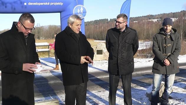 Zástupci města Horní Planá spolu s dodavateli stavby a dalšími zainteresovanými otevřeli novou cyklostezku.
