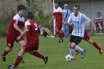 Frymburský špílmachr Lukáš Matuš (vpravo u míče před domácím Danielem Pechem) se v derby na křemežském trávníku neprosadil, i když v 51. minutě nastřelil tyč.