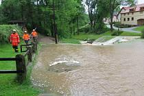 Rozvodněný potok v Malčicích u Mirkovic.