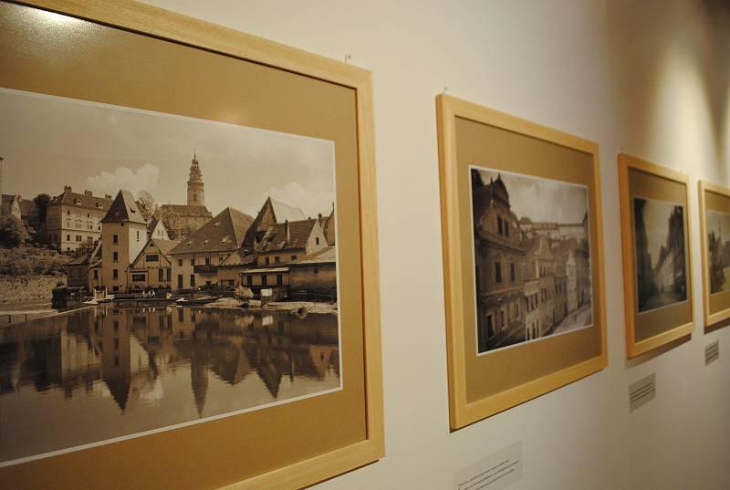 Ve spolupráci s Museem Fotoateliér Seidel připravilo centrum desítky fotografií z doby Schieleho života (1890-1918).
