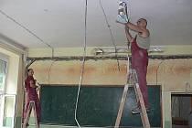 Práce na rekonstrukci školy ve Chvalšinách.