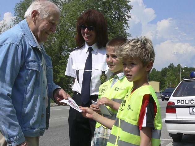 Děti děkují řidiči za předpisovou jízdu.