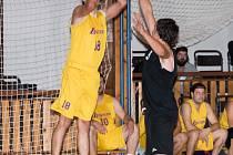 Budějovický Tomáš Šustek (s míčem) vs. Ondřej Čegan – tito hráči v pátečním utkání svedli nespočet soubojů, když se navzájem bránili. Jako vítěz nakonec vyšel z duelu kapitán Legend se zkušenostmi z nejvyšší soutěže.