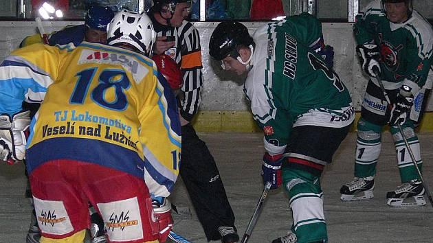Zatímco v prvním vzájemném utkání medvědi Lokomotivu po přestřelce zdolali v poměru 7:5 (vpravo při úvodním buly Roman Uhlíř), tak v odvetě tahali za kratší konec.